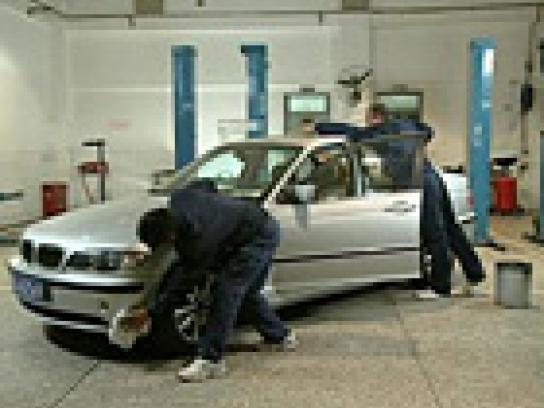 DHL Film Ad -  Super Fast, Garage