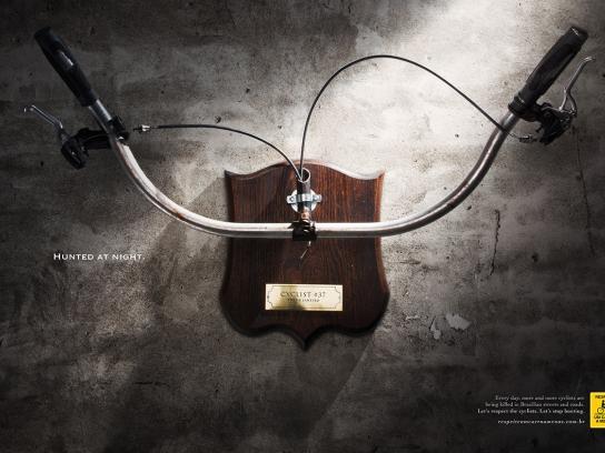 Respeite Um Carro a Menos Print Ad -  Hunted at night