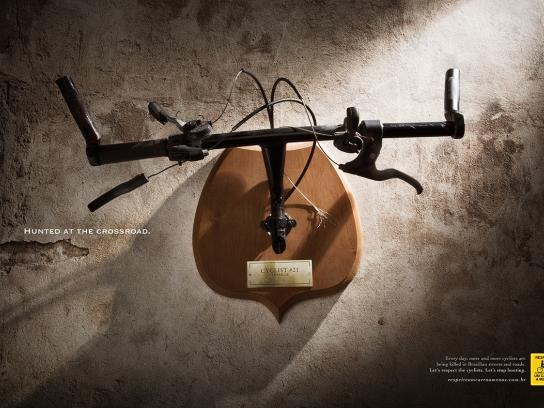 Respeite Um Carro a Menos Print Ad -  Hunted at the crossroad