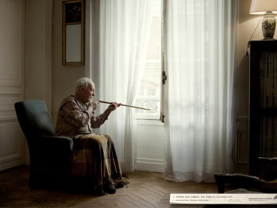 Association France Alzheimer Print Ad -  The fight, Gun