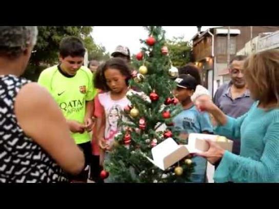 Biscoitos Zezé Experiential Ad - Christmas Helpers